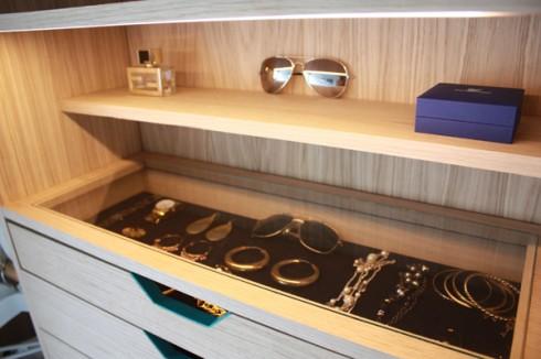 小衣柜打开竟能变成大大的试衣间